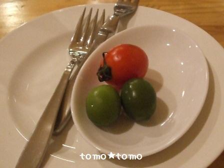 プチトマトとオリーブの実.JPG